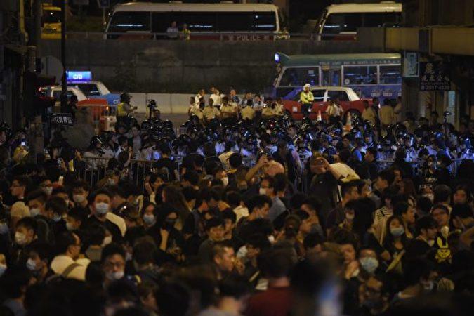 香港民主派団体が11月6日に主催した、議員宣誓問題で中国政府の干渉を抗議するデモに1万人以上が参加し、デモ進行中に警官隊と激しく衝突した。(ANTHONY WALLACE/AFP/Getty Images)