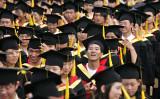 倍率7700倍の超人気就職先とは?写真は2005年、上海交通大学の卒業式の様子(China Photos/Getty Images)