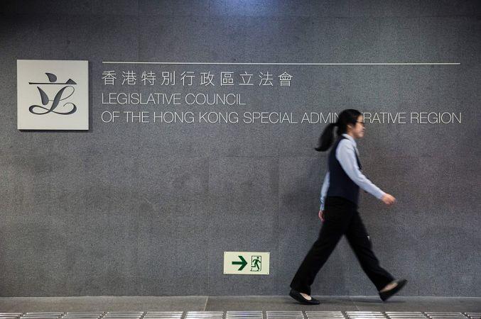 「香港は中国ではない」幕を揚げ、香港2議員資格無効へ(ISAAC LAWRENCEAFPGetty Images)
