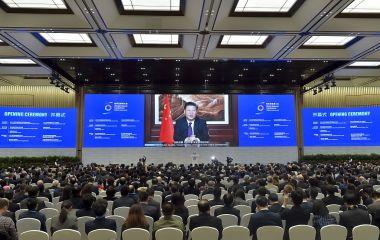 国際的な人権監視団体は、最新レポートを通じて、中国を世界で最もネットが不自由な国と認定した。写真は11月16日、浙江省烏鎮で開かれた中国政府主催「第3回世界インターネット大会」でビデオ演説する習近平主席(STR/AFP/GettyImages)