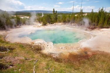 イエローストーン米国立公園の温泉で男性が誤って転落し、死亡した。遺体は完全に溶解して消えたという(wikimedia commons)