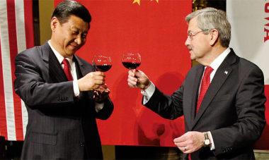 今年2月、アイオワ州訪問中の習近平国家主席とブランスタッド氏(AFP)