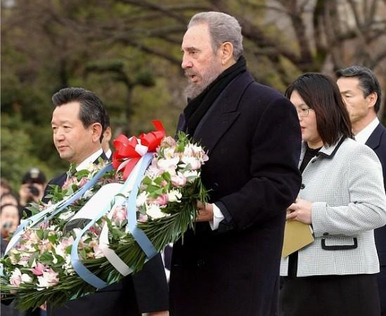 フィデル氏は、2003年、広島を訪問した際、平和公園において献花及び原爆資料館を視察した後、芳名録に「人類は、このような経験を、二度と繰り返してはいけない」と記帳した(AFP/Getty Images)