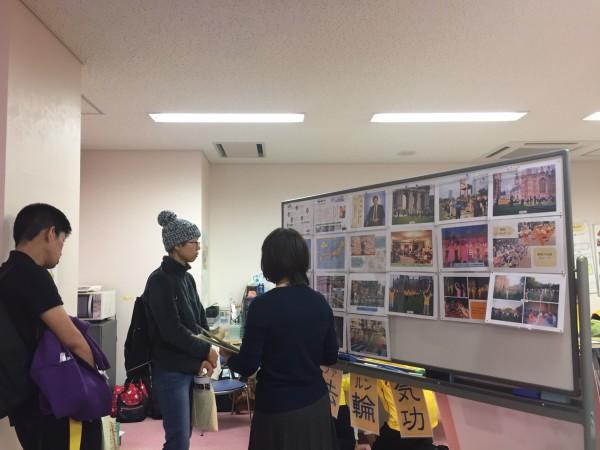 北ボラまつりで、法輪功の展示をみる参加者(高木芳明/大紀元)