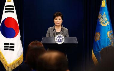 韓国のパク・クネ(朴槿恵)大統領は、29日午後、一連の騒動について釈明する国民向け談話のなかで、実質上の辞任を表明した(Jeon Heon-Kyun-Pool/Getty Images)
