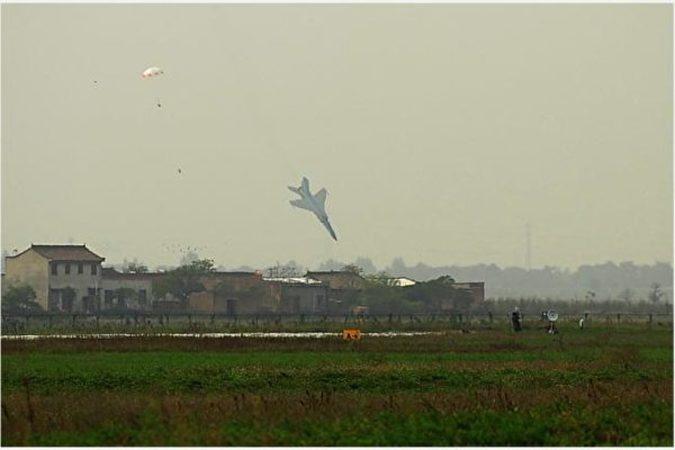 今年1~11月まで中国の軍用航空機はすでに10機が墜落し、7人のパイロットが事故死した。写真は11月12日、女性パイロット余旭大尉の操縦していたJ-10が墜落するのを、目撃者が撮影した映像の静止画(ネット写真)