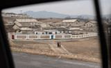 中国当局による脱北者の強制送還が2017年夏、急増した。北朝鮮南部・開城を歩く民衆(ED JONES/AFP/Getty Images)