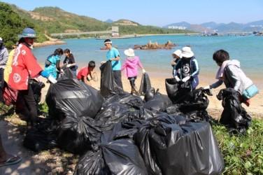 海岸清掃など環境活動を行うNGO団体「Open Earth」代表・鈴木博将さんら32人の有志者が、11月末に香港に自費で滞在し、清掃活動を行った。(鈴木博将さんのfacebookページより)