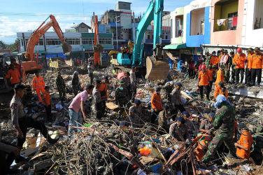 9日、被災したインドのPidie Jayaでは生存者の捜索・救出活動が続いている。 (CHAIDEER MAHYUDDIN/AFP/Getty Images)