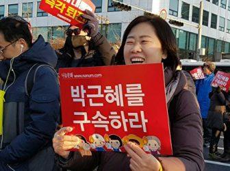 9日、朴大統領弾劾の知らせを聞いて喜ぶ市民。(全景林/大紀元)