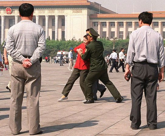 1999年の弾圧政策の開始後、北京には、法輪功学習者が迫害停止を求めて多く集まった。写真は、警察に拘束される学習者(STEPHEN SHAVER/AFP/Getty Images)