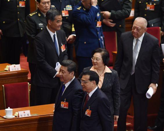 2015年3月、全国人民代表大会に参列した、習近平国家主席(前方向かって左)、李克強首相(前方中央)、梁振英・香港行政長官(後方中央)(GREG BAKER/AFP/Getty Images)