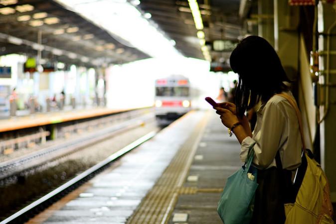 女性が駅プラットフォームから線路へ転落したのは、「スマートフォンの操作に夢中になっていた」ためだったとして、1500台湾元(約5500円)の罰金が科された。写真は日本で、電車を待つ女性。参考写真(Toshihiro Gamo/Flickr)