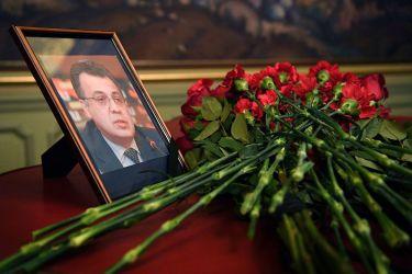 警察の銃弾を受け死亡したAndrei Karlov大使の写真に、花がたむけられた(NATALIA KOLESNIKOVA/AFP/Getty Images)