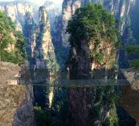大峡谷で知られる張家界森林公園で、鏡のように映る素材でその存在が見えにくくなる「透明な橋」の建設が計画されている(Martin Duplantier Architectes)
