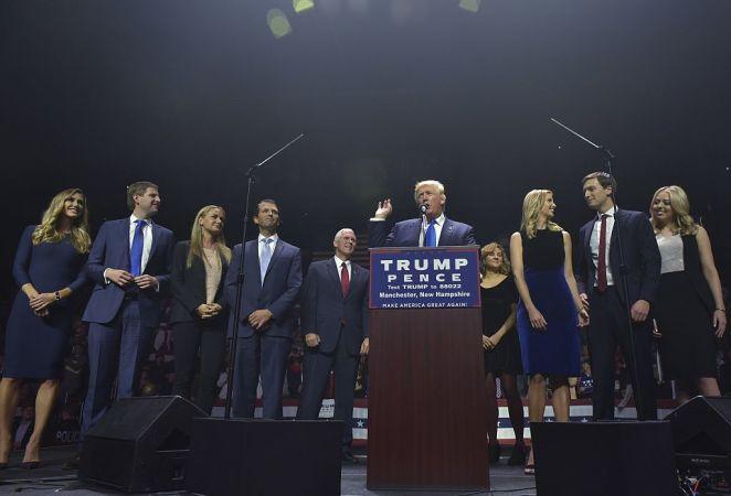 11月、大統領選で演説中のドナルド・トランプ氏と、支える家族たち(MANDEL NGAN/Getty Images)
