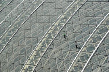ガラス張りの天井を持つ、成都の新世紀グローバル・センター。参考写真(STR/GettyImages)