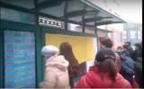 国際人権日である今月10日に、天津市南開区臥龍里など数か所のバス停に、『六四天安門大虐殺』を題とした手書きの黄色い壁新聞が貼られ、多くの市民が足を止め新聞を読んだ(ネット写真)