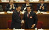 2012年の第18回党大会の開会式で、左から習近平・副主席、曽慶紅・元副主席(役職は当時)(Feng Li/GettyImages)