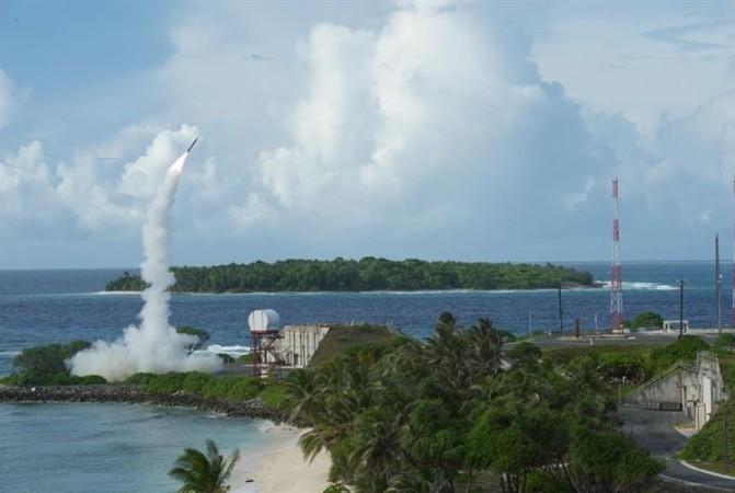2013年の発射実験中の高高度ミサイル迎撃システム(THAAD)(アメリカ空軍)