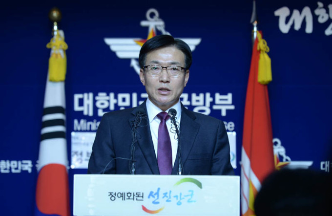 ムン・サンギュン国防部報道官は5日午前、ソウル竜山区国防部庁舎で開かれた記者会見で「THAAD配置は計画通り進める」と述べた。(NEWSIS)