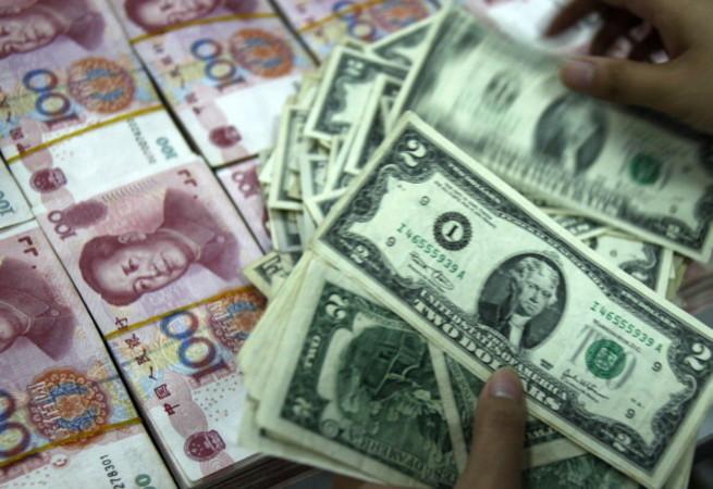 中国当局は資金逃避の拡大防止で、違法金融業務を行う「地下銭荘」(地下銀行)への取り締まりを強化している。2016年11月から1月5日まで中国海南省など各地で大規模な「地下銭荘」を相次いで摘発した。その取引総額は約700億元(約1兆1690億円)に達した(STR/AFP/Getty Images)