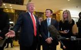 米現地時間1月9日、ニューヨークのトランプタワーで会談したドナルド・トランプ米次期大統領(向かって左)と中国の実業家・馬雲氏(右)(Drew Angerer/Getty Images)