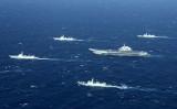 中国軍空母「遼寧」の艦隊は1月2日、東シナ海を航行する(STR/AFP/Getty Images)