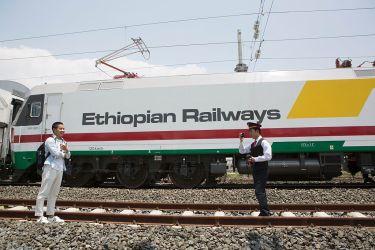 エチオピアとジブチを結ぶ中国資本の鉄道が開通した。2016年9月、従業員らが電車の前で撮影(ZACHARIAS ABUBEKER/AFP/Getty Images)