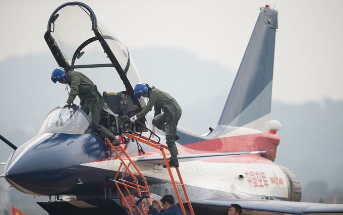 参考写真。広東省の空軍基地で訓練中のステルス戦闘機「殲10(J-10)」とパイロット。2014年撮影(JOHANNES EISELE/AFP/GettyImages)