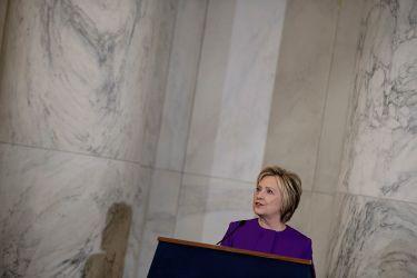 ヒラリー・クリントン氏は 2016年12月8日、米ワシントンD.C. の連邦議会議事堂で開かれたハリー・リード上院議員の肖像画除幕式でスピーチした(BRENDAN SMIALOWSKI/AFP/Getty Images)