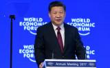 スイスのダボスで1月17日、世界経済フォーラム(ダボス会議)が開かれ、初日に中国・習近平主席が演説した(FABRICE COFFRINI/AFP/Getty Images)