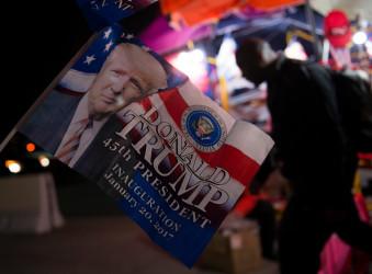 米国ドナルド・トランプ次期大統領の就任式が米国東部時間1月20日の午前に首都ワシントンで行われる。就任式実行委員会はトランプ氏の支持者などから集まった寄付金が1億ドル(約115億円)に達したと示した。2009年に行われたオバマ大統領の就任式で集まった金額より倍となり、すべて就任式費用に充てられる。 (MOLLY RILEY/AFP/Getty Images)