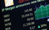 米国ニューヨーク株式市場では25日、主要株価指数のダウ工業株30種平均(ダウ平均)は取引中に2万ドルの大台を突破し、終値では20067ドル51セントを付けた。(Spencer Platt/Getty Images)