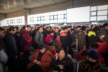25日、旧正月の休みにはいり、帰省客でごった返す北京南部の鉄道の駅。(FRED DUFOUR/AFP/Getty Images)