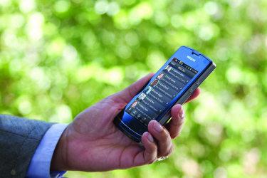 スマートフォンを暗闇のなかで長時間操作することで、白内障のリスクが高まるという。画像は参考(NEC Corporation of America/flickr)