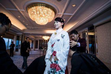 中国科学技術大学が開発した、ヒューマノイド・ロボット「佳佳(ジャジャ)」が2017年1月に公開された。簡単な会話のやり取りができるという(JOHANNES EISELE/AFP/Getty Images)