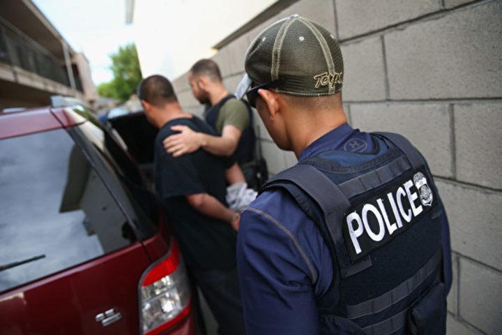 ロサンゼルスで違法移民の捜査及び逮捕に当たる法執行機関員。(John Moore/Getty Images)
