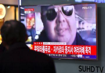 2月15日、韓国ソウルで、金正男氏の死亡を伝える韓国メディアのスクリーン映像(JUNG YEON-JE/AFP/Getty Images)