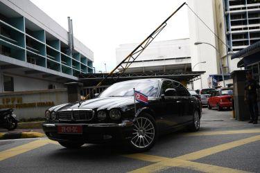マレーシアのクアラルンプールで15日、金正男氏が運ばれたとされる病院に出入りした、北朝鮮大使館の車両(MANAN VATSYAYANA/AFP/Getty Images)