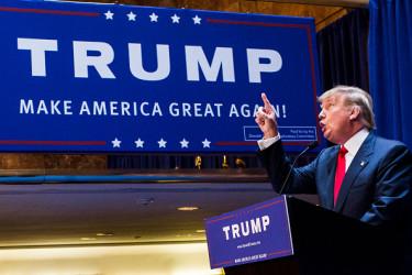 今月中旬、米露首脳会談後に米メディアがトランプ大統領を痛烈に批判したが、その後に行われた世論調査ではトランプ大統領への支持率は大きく下落することはなくやや上昇したことがわかった(Photo by Christopher Gregory/Getty Images)
