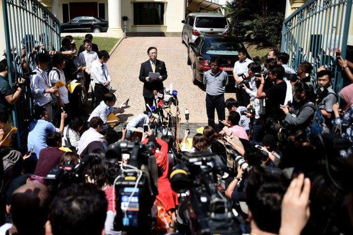 マレーシアのクアラルンプールで20日、金正男氏暗殺を受けて同国当局の措置として帰国させられる在マレーシア北朝鮮大使は、メディアの前でコメントを発表(MANAN VATSYAYANA/AFP/Getty Images)