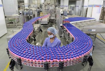 2016年12月、輸出製品として、ストロベリー味のミルクシェイクを生産する工場で作業する女性(SAM PANTHAKY/AFP/Getty Images)