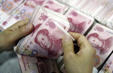 中国当局は、2016年に中国国内で違法な金融業務を行う「地下銭荘」(地下銀行)500カ所が摘発され、取り扱い総額が9000億元(約15兆3000億円)で、犯罪容疑者800人以上が逮捕されたと発表した(STR/AFP/Getty Images)