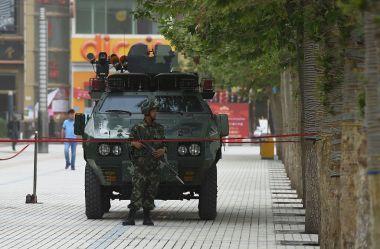 両会をひかえ、北京では厳戒態勢が敷かれる。写真は2015年、新疆ウイグル自治区で待機する装甲車。参考写真(GREG BAKER/AFP/Getty Images)