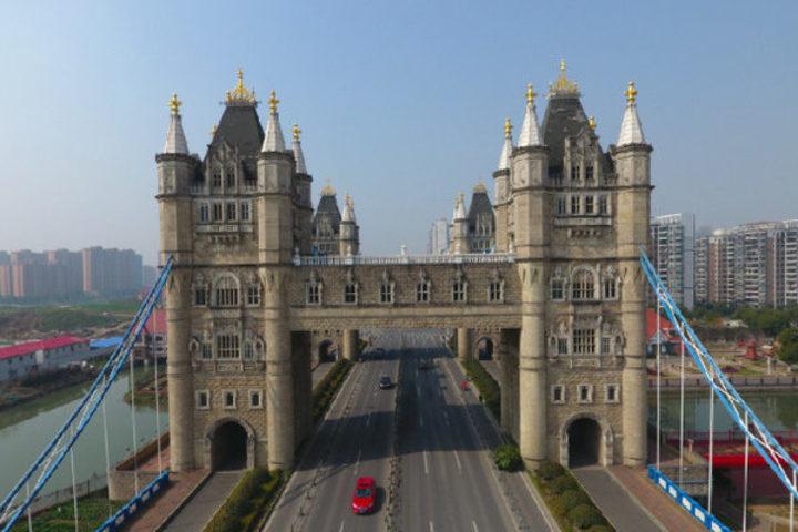 上海に近隣する蘇州市の航拍相城区にある模造版ロンドンブリッジ(ネットユーザ撮影)