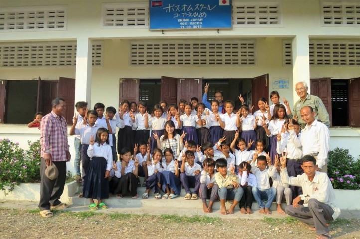 高山さんが建てた小学校と可愛い生徒たち(田中美久 撮影)