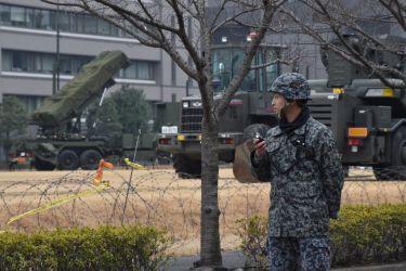 3月6日、東京の防衛省の敷地で、北朝鮮の弾道ミサイル脅威から防衛するために準備された、PAC-3地対空ミサイル・ランチャ(KAZUHIRO NOGI/AFP/Getty Images)