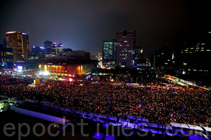 ソウル光化門前で朴大統領の退陣を求める市民。(全景林/大紀元)