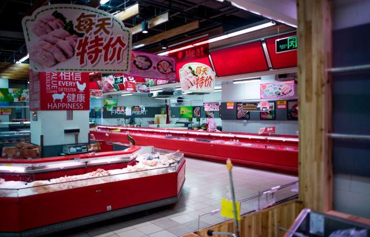 13日、閑散とした上海のロッテマートの店内で作業する男性。同市のほとんどのロッテの店舗は閉店した(JOHANNES EISELE/AFP/Getty Images)